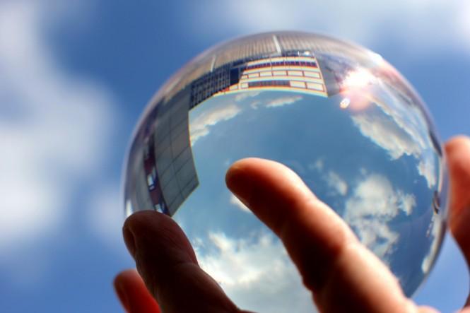 Ein Foto mit einer Glaskugel, die den Blick in die Zukunft ermöglichen soll.